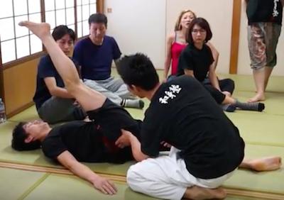 「秒速で脚を高く上げる方法」と「ゴッドハンドを作る身体の使い方」