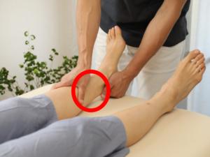 足首を触ると前屈の腰痛がなくなる